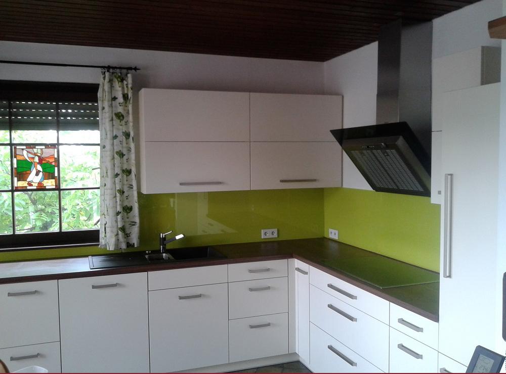 Wälde Küche Weißlack Glasrückwand grün
