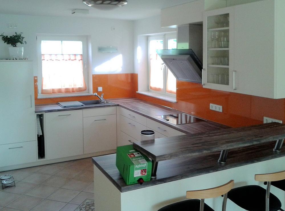 Wälde Küche Weißlack Glasrückwand orange