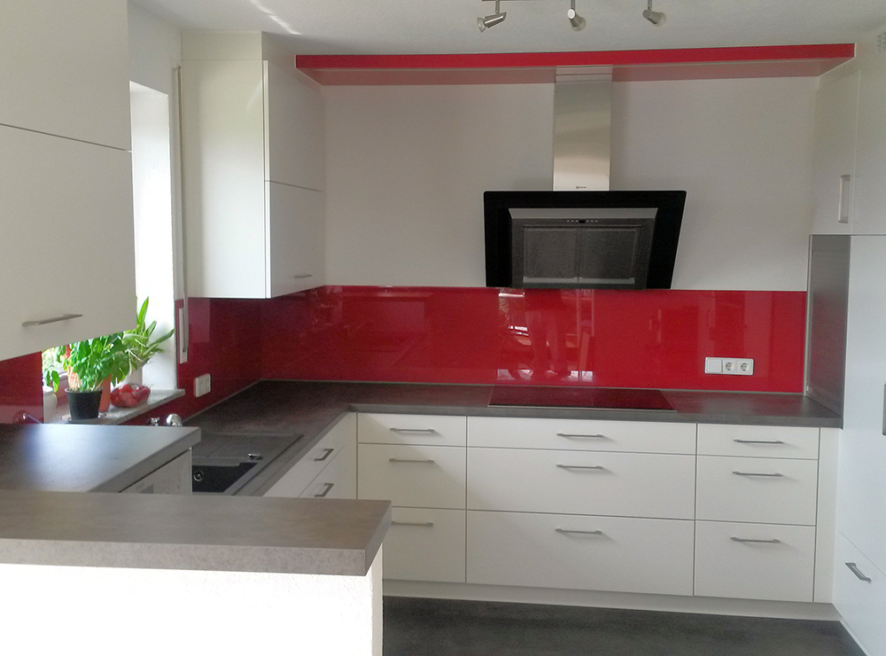 Wälde Küche Weißlack Glasrückwand rot